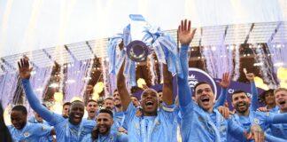 Para pemain Manchester City mengangkat trofi Liga Premier Inggris 2020/21. (Foto: Twitter ManCity)