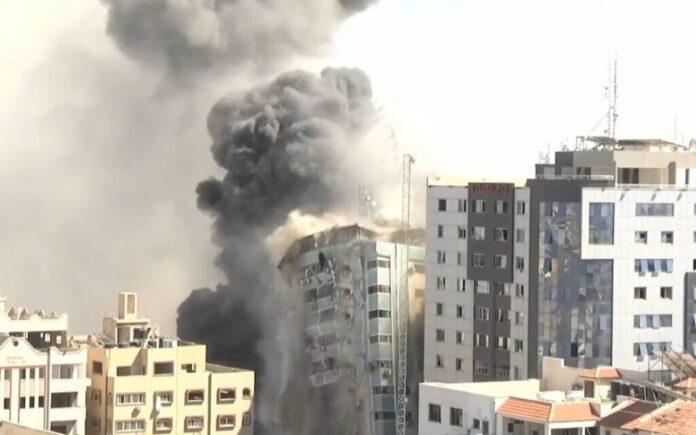 Menara Jalaa Gaza, yang menampung kantor Associated Press dan Al Jazeera, hancur dalam serangan Israel setelah penghuninya diperingatkan untuk pergi, 15 Mei 2021 (tangkapan layar video)