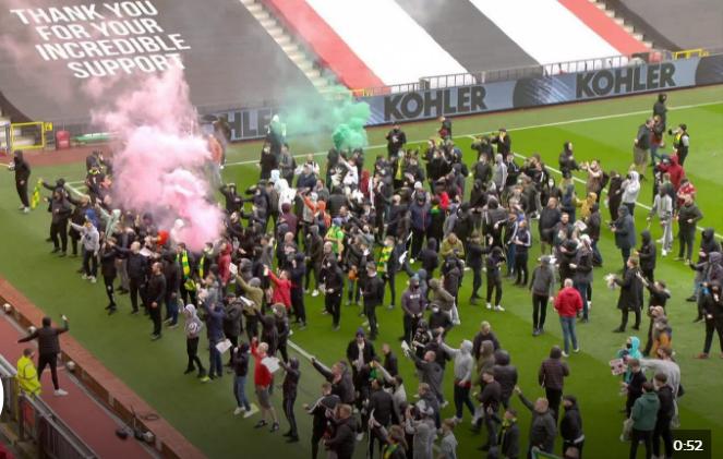 Fans MU menyerobot masuk Old Trafford untuk mendesak keluarga Glazer meninggalkan klub itu. Akibatnya laga MU vs Liverpool tertunda dan sampai saat ini belum dimainkan. (Foto dari Sky Sports)