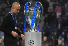 Manajer Manchester City Pep Guardiola berjalan di samping trofi Liga Champions 2020/21 usai timnya takluk 0-1 oleh pasukan Chelsea yang ditukangi Thomas Tuchel. (Foto dari Uefa.com)