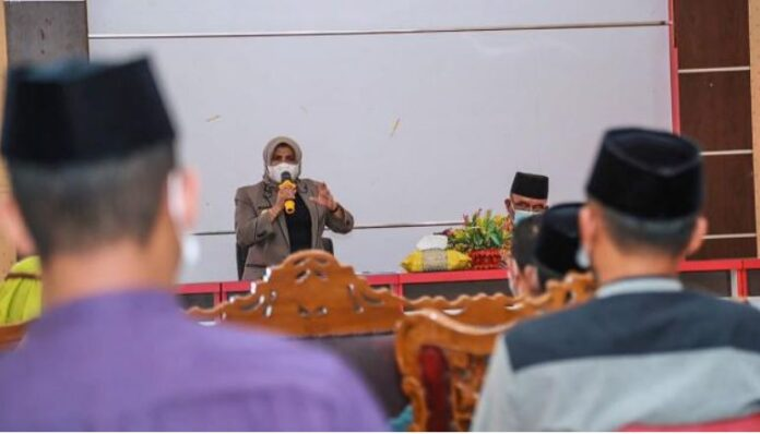 Wali Kota Tanjungpinang Rahma meminta camat dan lurah untuk mengawasi dan menjaga wilayah masing-masing terhadap penyebaran Covid-19.