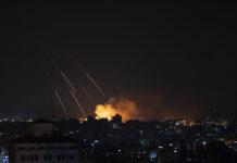 Asap mengepul setelah serangan rudal Israel di Kota Gaza, Kamis 13 Mei 2021. (AP Photo / Khalil Hamra)