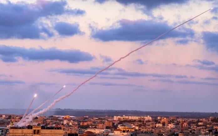 Roket diluncurkan kelompok Hamas dari jalur Gaza selatan di Palestina menuju Israel, Senin 17 Mei 2021. (Said Khatib / AFP)