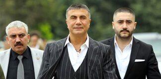 Bos mafia Turki yang terkenal di negara itu, Sedat Peker (tengah), merilis serangkaian video tentang skema di dalam Partai Keadilan dan Pembangunan (AKP) yang berkuasa yang melibatkan beberapa deputinya. Dia menuding mantan Mendagri dan putranya telah membunuh seorang seorang jurnalis Kazakhstan berusia 21 tahun, Yeldana Kaharman, dua tahun lalu.