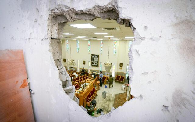 Pasukan keamanan Israel di lokasi di mana sebuah sinagoga di kota pesisir selatan Ashkelon dihantam oleh roket yang ditembakkan oleh Hamas dari Jalur Gaza, Minggu 16 Mei 2021. (Avi Roccah / Flash90)