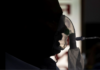 Seorang pasien yang menderita penyakit coronavirus (COVID-19) menerima perawatan di ruang gawat darurat di Rumah Sakit Keluarga Suci di New Delhi, India, 29 April 2021. REUTERS / Danish Siddiqui