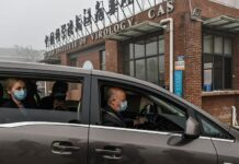Peter Daszak (kanan), Thea Fischer (kiri), dan anggota tim Organisasi Kesehatan Dunia (WHO) lainnya yang menyelidiki asal-usul virus corona COVID-19, tiba di Institut Virologi Wuhan di Wuhan di provinsi Hubei tengah China pada 3 Februari. , 2021. (Foto oleh HECTOR RETAMAL / AFP/Getty Images via Fox News)