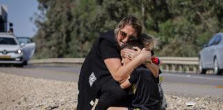 Seorang wanita dan anak berlindung saat sirene membunyikan peringatan roket masuk dari jalur Gaza di kota Ashkelon, Israel selatan, pada 19 Mei 2021 (Olivier Fitoussi / Flash90 via Times of Israel)
