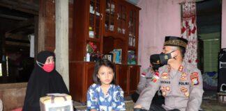 Kapolres Karimun AKBP Muhammad Adenan saat mengunjungi anak Surina dan Andi Yakub, pasutri yang tewas kecelakaan lalu lintas, Senin (3/5/2021). Foto Suryakepri.com/IST