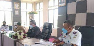 Ketua DPRD Karimun, Muhammad Yusuf Sirat (tengah) saat memimpin rapat pembentukan Tim Percepatan Pengembangan Bandara RHA Karimun, Senin (3/5/2021). Foto Suryakepri.com/IST