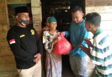 Ormas Gagak Hitam Sambang Karimun menyalurkan paket sembako kepada masyarakat kurang mampu tiga kecamatan di Pulau Kundur, Selasa dan Rabu (4-5/5/2021). Foto Suryakepri.com/IST