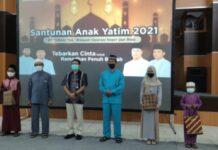 PT Timah Tbk Wilayah Operasi Kepri-Riau menyerahkan santunan kepada 120 anak yatim-piatu dan panti asuhan Pulau Kundur, Karimun, Jumat (7/5/2021). Foto Suryakepri.com/IST