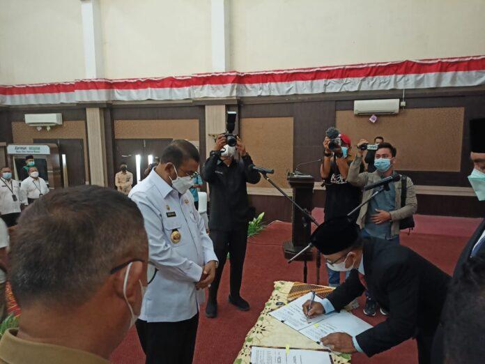 Bupati Karimun Aunur Rafiq menyaksikan jajaran direksi dua BUMD menandatangani Pakta Integritas saat pelantikan di Gedung Nasional Karimun, Senin (10/5/2021). Foto Suryakepri.com/YAHYA