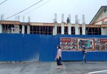 Sejumlah pekerja tengah membangun gedung lantai 2 di area dalam Mapolres Karimun. Rencana gedung tersebut nantinya akan melayani layanan satu pintu. Foto Suryakepri.com/YAHYA
