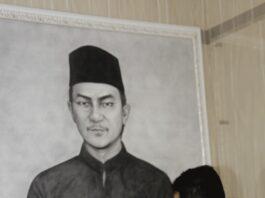 Wakil Wali Kota Batam, Amsakar Achmad Saat Melihat Sketsa Potret Raja Ali Haji