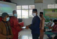 Ka Rutan Karimun Dody Naksabani menyerahkan SK Remisi Khusus Hari Raya Idul Fitri 1442 H kepada salah seorang Warga Binaan, Kamis (13/5/2021). Foto Suryakepri.com/IST