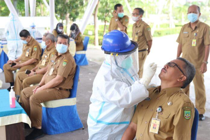 Sekda Batam, Jefridin Hamid Menjalani Swab Test Sebelum Masuk Kerja