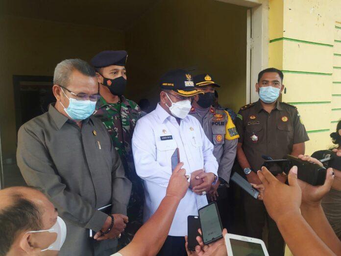 Bupati Karimun Aunur Rafiq memberikan keterangan pers usai rapat koordinasi Tim Gugus Tugas Penanggulangan Covid-19 Kabupaten Karimun, Senin (17/5/2021). Foto Suryakepri.com/YAHYA
