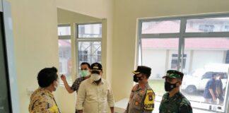 Bupati Karimun Aunur Rafiq bersama FKPD meninjau lokasi rencana isolasi terpusat di SMPN 2 Binaan Karimun, Senin (17/5/2021). Foto Suryakepri.com/YAHYA