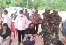 Pangdam I Bukit Barisan Mayjend TNI Hasanuddin didampingi Bupati Karimun Aunur Rafiq meninjau pelaksanaan vaksinasi Covid-19 bagi masyarakat umum di Puskesmas Meral, Sabtu (22/5/2021). Foto Suryakepri.com/YAHYA