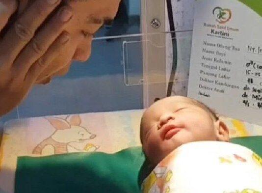 Istri mendiang komedian Sapri Pantun baru saja melahirkan bayi berjenis kelamin laki-laki pada Sabtu (15/5/2021) sekitar pukul 20.30 WIB.