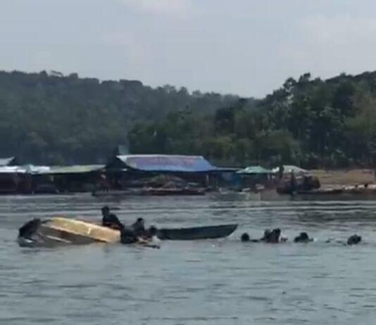 Perahu Wisatawan bermuatan 20 orang terbalik Waduk Kedung Ombo Dukuh Bulu, Desa Wonoharjo, Kecamatan Kemusu, Kabupaten Boyolali, Jawa Tengah, Sabtu (15/5/2021). foto: medsos