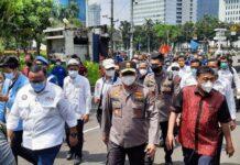 Kapolda Metro Irjen Fadil Imran dampingi massa buruh sampaikan petisi tolak UU Cipta Kerja ke MK (Foto: Yogi/detikcom)