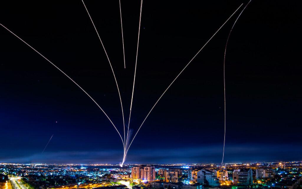 Sebuah gambar eksposur panjang menunjukkan sistem anti-rudal IRON DOME atau kubah besi menembakkan rudal intersepsi saat roket ditembakkan dari Jalur Gaza ke Israel, seperti yang terlihat dari kota Ashdod di Israel selatan, Minggu 16 Mei 2021. (Avi Roccah / Flash90)