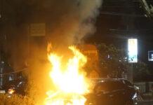 Mobil Toyota Vios dengan nomor polisi B 1575 EED terbakar di Jalan Teuku Umar, Kecamatan Kedaton, Kota Bandar Lampung, Selasa (4/5) | Foto: Yogiez Seprinanda