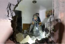 Kerusakan yang terjadi pada sebuah bangunan di kota Sderot, Israel selatan, setelah dihantam roket yang ditembakkan dari Gaza, Rabu 19 Mei 2021. (Foto: AVI ROCCAH / FLASH90 via Jerusalem Post)