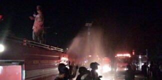 KEBAKARAN DI TANJUNGPINANG - Petugas pemadam kebakaran memadamkan api yang membakar ruko di Jalan Ganet Tanjungpinang, Selasa (11/5/2021) malam.