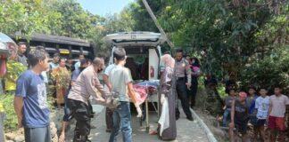 Petugas mengevakuasi korban kecelakaan maut di Jatigede, Sumedang, Jumat (14/5/2021)