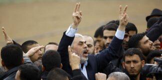 Pemimpin Hamas Yihya Sinwar meneriakkan slogan-slogan dan menunjukkan isyarat kemenangan saat dia mengambil bagian dalam aksi protes di dekat perbatasan dengan Israel di timur Jabaliya di Jalur Gaza utara pada 30 Maret 2018. (AFP / Mohammed ABED via ToF)