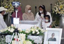 Keluarga dan kerabat aktris Joanna Alexandra hadir saat persemayaman jenazah suami Joanna, Raditya Oloan di rumah duka RSPAD Gatot Subroto, Jakarta Pusat, Jumat (7/5/2021). Raditya Oloan meninggal dunia di ICU Rumah Sakit Persahabatan pada Kamis (6/5/2021) malam karena badai sitokin (cytokine storm) setelah sebelumnya juga terpapar Covid-19. Jenazah Raditya Oloan rencananya akan dimakamkan di San Diego Hills pada Minggu (9/5/2021). T