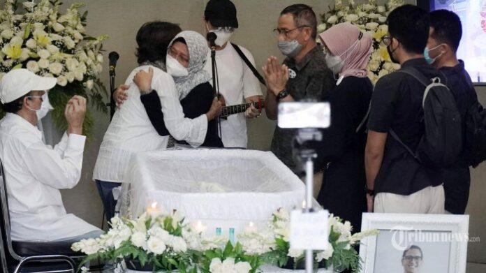 Keluarga dan kerabat aktris Joanna Alexandra hadir saat persemayaman jenazah suami Joanna, Raditya Oloan di rumah duka RSPAD Gatot Subroto, Jakarta Pusat, Jumat (7/5/2021). Raditya Oloan meninggal dunia di ICU Rumah Sakit Persahabatan pada Kamis (6/5/2021) malam karena badai sitokin (cytokine storm) setelah sebelumnya juga terpapar Covid-19. Jenazah Raditya Oloan rencananya akan dimakamkan di San Diego Hills pada Minggu (9/5/2021).