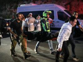 Petugas medis dan anggota pasukan keamanan Israel mengevakuasi seorang pria yang terluka setelah runtuhnya tribun tempat duduk di sebuah sinagoga di pemukiman Israel di Givat Zeev di Tepi Barat yang diduduki di luar Yerusalem, pada 16 Mei 2021. (Noam Revkin Fenton / FLASH90)