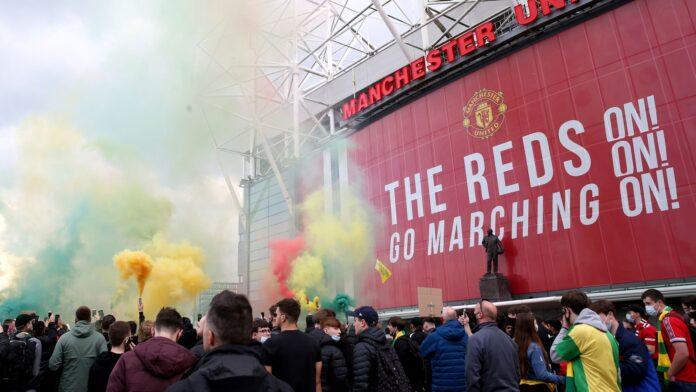 Fans Manchester United menggelar demonstrasi mendesak keluarga Glazer melepaskan kepemilikan klub. Aksi ini telah mengakibatkan batalnya laga MU vs Liverpool malam ini. (Foto dari Sky Sports)