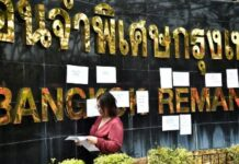 "Pemimpin protes anti-pemerintah Panusaya ""Rung"" Sithijirawattanakul memposting catatan di luar Penjara Penjara Bangkok selama demonstrasi yang menyerukan penghapusan undang-undang pencemaran nama baik kerajaan lese majeste Thailand di Bangkok pada 3 Maret 2021. Lillian SUWANRUMPHA / AFP"