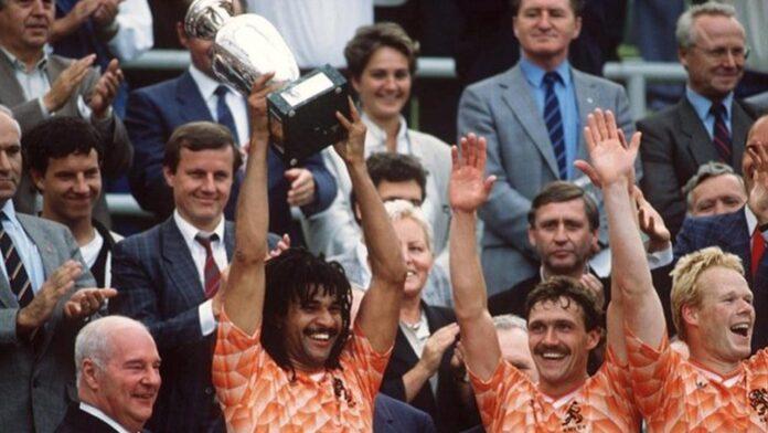 Kapten tim nasional Belanda, Ruud Gullit saat mengangkat trofi Piala Eropa 1988 usai menaklukkan Uni Soviet 2-0, di Olympiastadion, 25 Juni 1988. (UEFA)