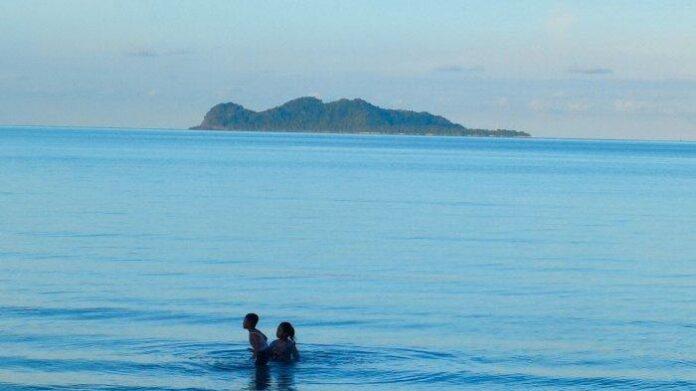 Pulau Senoa, salah satu Geosite dalam Geopark Nasional Natuna. Foto diambil beberapa waktu lalu di Pantai Tanjung.