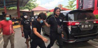 Tersangka pembunuhan digiring polisi. foto:tribunbatam/eko