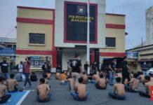Kepolisian mengamankan seratus preman saat melakukan razia premanisme di sejumlah titik di Kota Makassar, Sulawesi Selatan, Sabtu (12/6). Foto: CNN Indonesia/Ilham