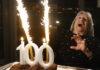 Gambar ilustrasi: Agnes Keleti, mantan pesenam peraih medali emas Olimpiade, bereaksi terhadap kembang api yang meledak di kue ulang tahunnya di Budapest, Hongaria, Senin 4 Januari 2021. (AP Photo/Laszlo Balogh via Times of Israel)