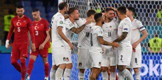 Pemain timnas Italia, Domenico Berardi dan sejumlah rekannya melakukan selebrasi usai mencetak gol ke gawang Turki dalam penyisihan grup A Euro 2020 di Stadio Olimpico, Rome, Italia, 11 Juni 2021. REUTERS/Filippo Monteforte
