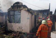 Foto .Petugas pemadam kebakaran sedang memadamkan api yang membakar dua unit rumah di Tanjungpinang, Jumat (11/6/2021)