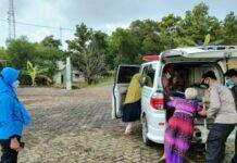 Foto. Jajaran Polsek Bintan Timur (Bintim) saat menjemput warga yang memiliki kendala dalam vaksinasi covid-19