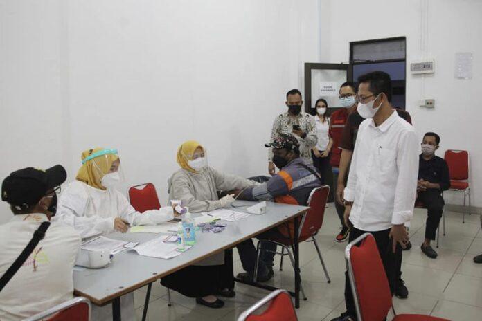 Wakil Wali Kota Batam, Amsakar Achmad saat kunjungi proses vaksisnasi di Kota Batam