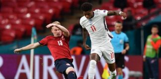 Penyerang Timnas Inggris, Marcus Rashford (kanan) coba melewati hadangan gelandang Republik Ceko, Petr Sevcik dalam matchday terakhir Grup D Euro 2020 di Stadion Wembley, London, Rabu (23/6/2021) dini hari WIB. JUSTIN TALLIS / POOL / AFP.