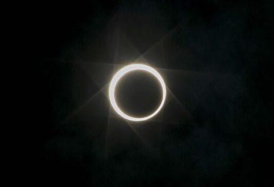 Ilustrasi gerhana matahari cincin. (ANTARA FOTO/M N Kanwa)