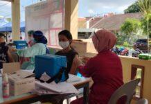 Vaksinasi massal yang berlangsung di Lapangan Basket Mitra Raya, Rabu (23/06/2021)